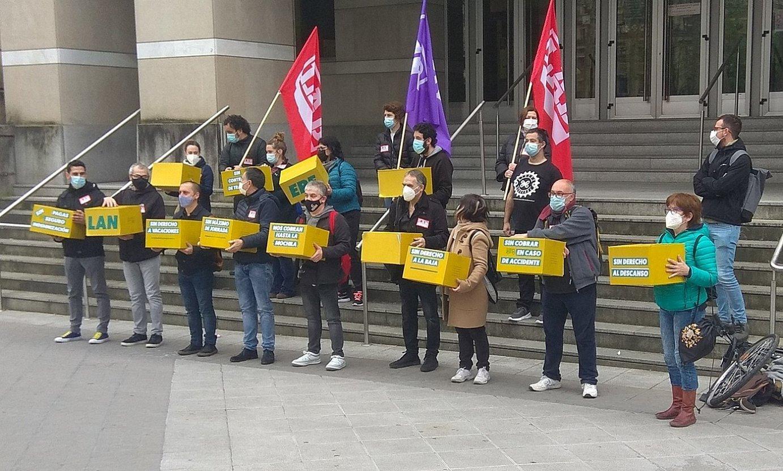 LAB sindikatuaren eta Riders x Derechos elkartearen agerraldia, atzo, epaitegiaren aurrean. ©I. M. E. / BERRIA