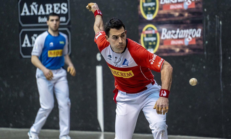 Erik Jaka, pilota jotzear, atzo, Lekeition, Artola-Arangurenen aurka jokatutako partidan. ©MARISOL RAMIREZ / FOKU