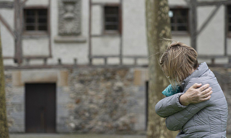 Goian, Isabel Bermejo <em>Argiaren bila I</em> eskulturaren barruan. Behean, bere burua besarkatzen. ©JAGOBA MANTEROLA / FOKU