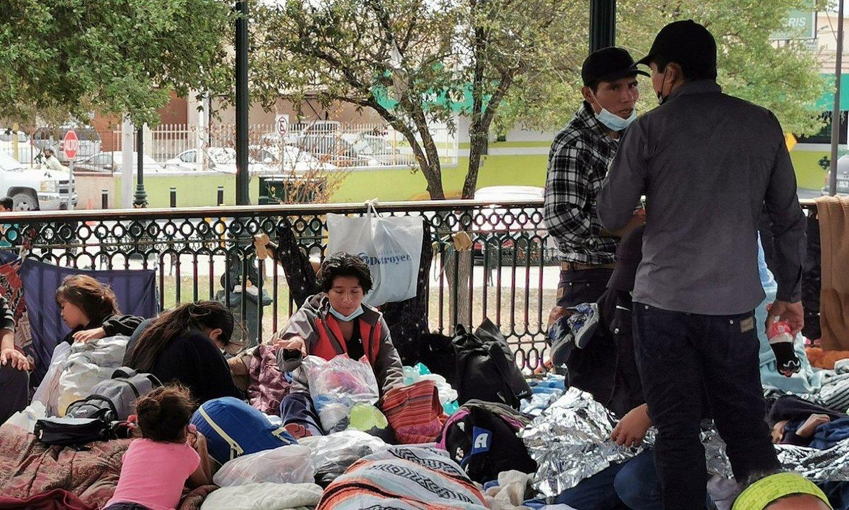 <b>Mexikon.</b> AEBetatik deportaturiko migratzaile talde bat, Reynosa herrian, Tamaulipasen. ©MARTIN JUAREZ / EFE