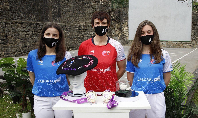 Olatz Arrizabalaga, Maite Ruiz de Larramendi eta Naroa Agirre, atzo, finalaren aurkezpenean. Iera Agirre ez zen azaldu, lan kontuengatik. ©MAIALEN ANDRES / FOKU