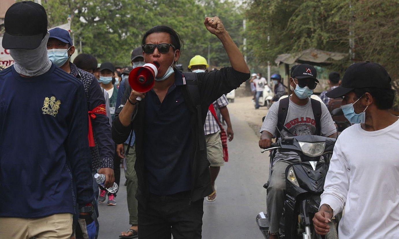 Estatu kolpearen aurkako protesta bat Mandalayn, Myanmarren. Bi hilabete bete berri dira militarrek agintea indarrez bereganatu zutenetik. ©STR / EFE