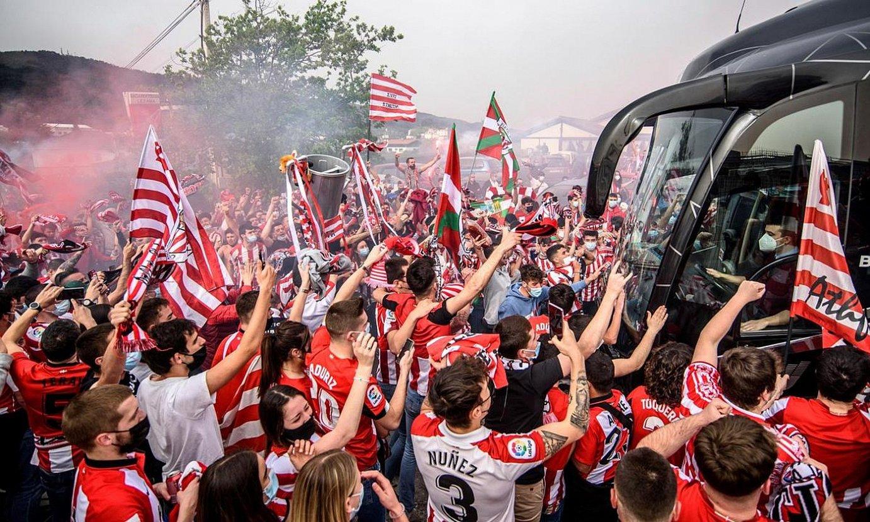<b>Zaleak Athleticeko autobusa agurtzen.</b> ©JAVIER ZORRILLA / EFE