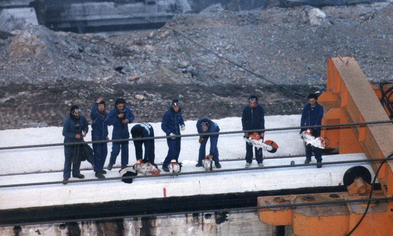Itoitzekiko Solidarioak taldeko zortzi kide, 1996ko apirilaren 6an, Itoizko urtegiko obretan. ©JAGOBA MANTEROLA