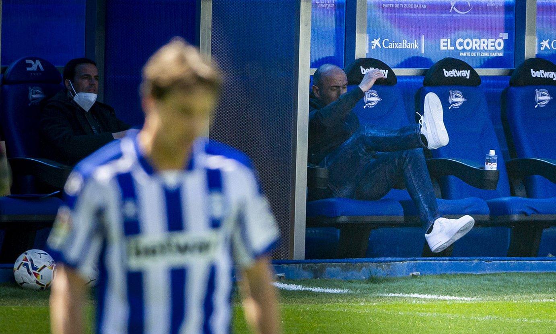 Abelardo Fernandez, etsita, herenegun, Celtaren aurkako partidan. Azken aldiz zuzendu zuen Alaves. ©EFE