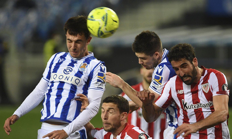 Realeko eta Athleticeko jokalariak, lehian, atzoko partidako une batean. ©JON URBE / FOKU.