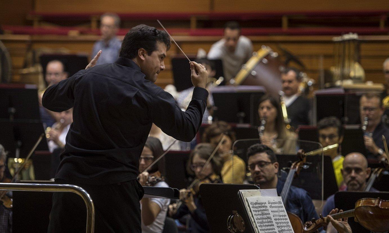 Robert Treviño, orkestra zuzentzen, artxiboko irudi batean. ©JON URBE / FOKU