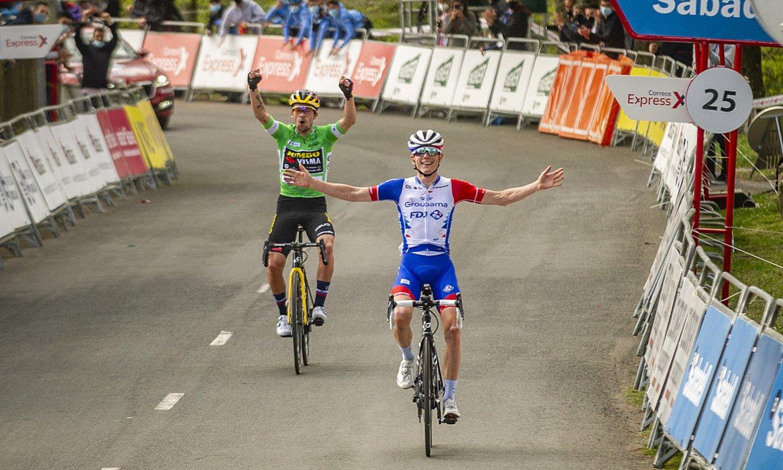 <b>Bi garaile.</b> Roglic Itzuliko garaipena ospatzen, eta Gaudu etapakoa, atzo, Arrateko gainean. ©JAIZKI FONTANEDA