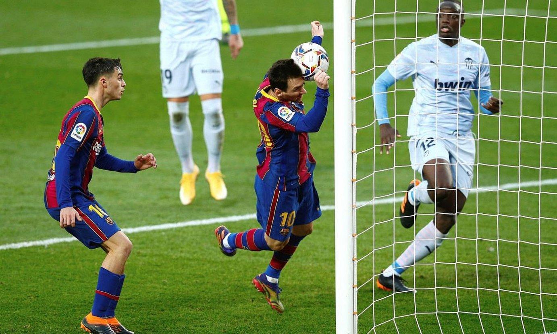 Leo Messi errematea egin nahian zutoin batetik gertu, sasoi honetako ligan. ©ENRIC FONTCUBERTA / EFE