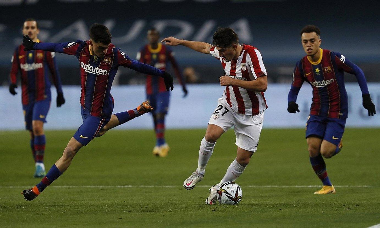 Bartzelona eta Athleticeko jokalariak lehian. ©JOSE MANUEL VIDAL / EFE