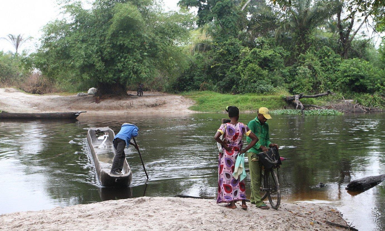 Bikote bat ibai bat zeharkatzeko txaluparen zain, Kinshasan. ©O. EPELDE