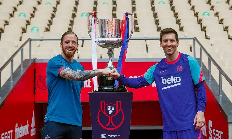 Iker Muniain eta Leo Messi, Athleticeko eta Bartzelonako kapitainak, Cartuja estadioan, atzo, kopa atzean dutela. ©ESPAINIAKO FUTBOL FEDERAZIOA