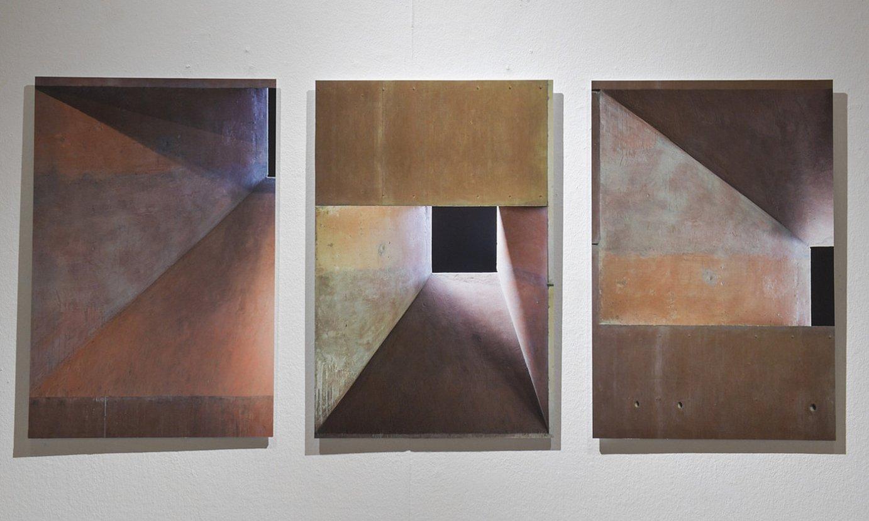 Oteiza museoaren hiru argazki, Maria Jose Gurbindo artistaren erakusketan. ©IDOIA ZABALETA / FOKU