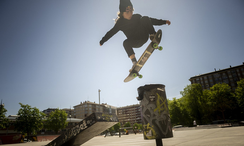 Luka Uzabal, egunero patinatu ohi duen Gasteizko skate parkean. ©JAIZKI FONTANEDA / FOKU