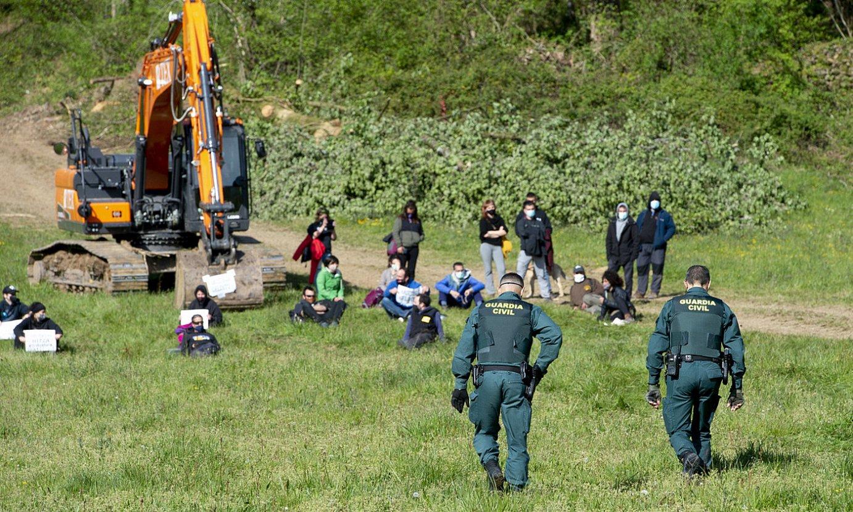 Guardia Zibila, kanpaldia egiten ari zirenengana gerturatzen. ©IÑIGO URIZ / FOKU