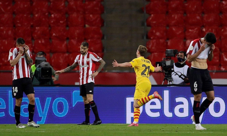 Frenkie De Jong, bigarren gola ospatzen, eta Athleticeko jokalariak, jota, atzo, La Cartuja estadioan. ©JULIO MUÑOZ / EFE