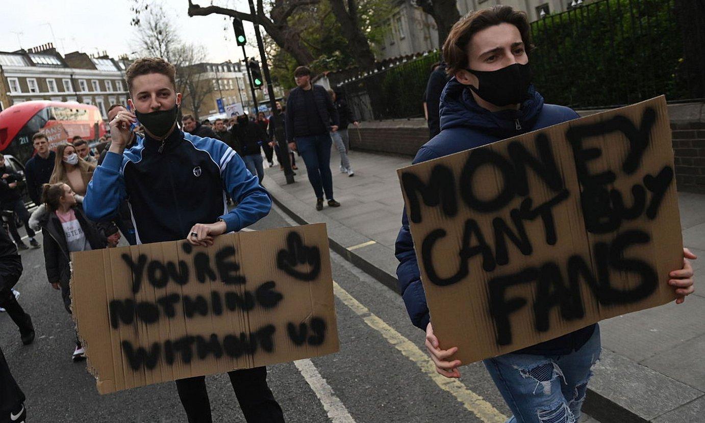 Chelseako zale bat, atzo, Stamford Bridge zelaiko atarian, Superligaren aurka protesta eginez. ©NEIL HALL / EFE