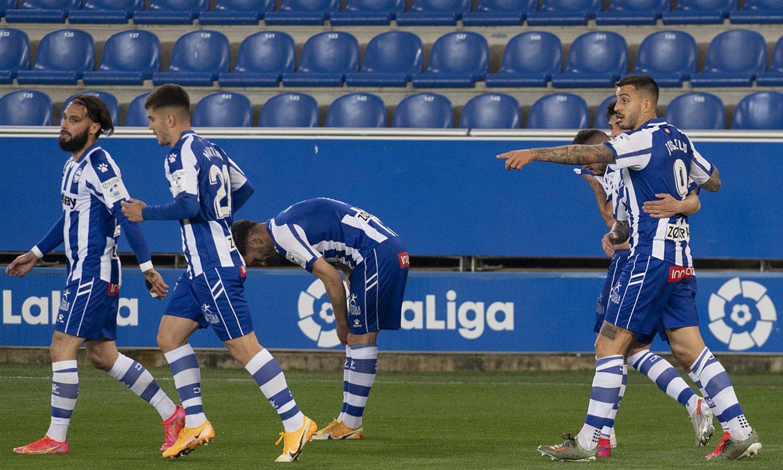 Alaveseko hainbat jokalari atzo sarturiko bi goletako bat ospatzen. ©RAUL BOGAJO / EFE