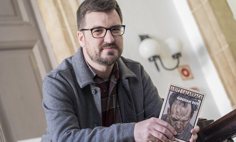 Aritz Galarragaren liburuaren azalak Lucian Freud margolariak egindako erretratu bat ageri du.