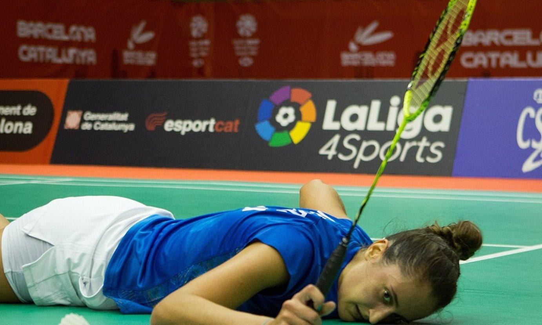 Clara Azurmendi duela bi urteko partida batean, lurrera jauzi eginda, pilota bat jotzeko asmoz. ©ENRIC FONTCUBERTA / EFE