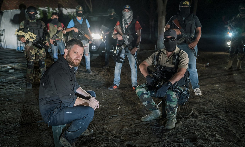 David Beriain, Mexikon, Sinaloako karteleko kide batzuekin, <em>Clandestino</em> telebista saiorako hartutako irudi batean, 2017an. ©DMAX