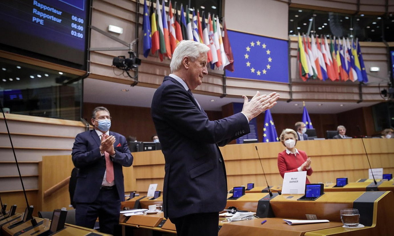 Michel Barnier <em>brexit</em>-aren EBko negoziatzailea, Europako Parlamentuaren txaloak jasotzen, atzo, Bruselan. ©OLIVIER HOSSLET / EFE