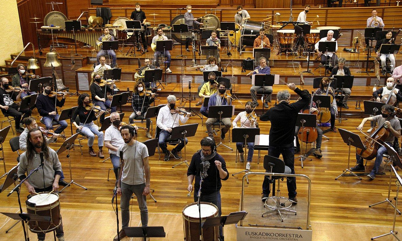 Kalakan taldeko hiru kideak (aurrean) eta Juanjo Ocon zuzendaria (bizkarrez), Euskadiko Orkestrarekin eginiko entseguan, atzo, Donostian. ©MAIALEN ANDRES / FOKU