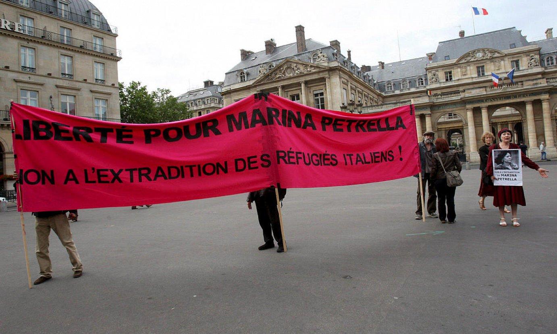Marina Petrella Brigada Gorrietako kide ohiaren aldeko protesta bat, 2008an, Parisen. ©LUCAS DOLEGA / EFE