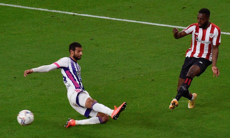 Iñaki Williams erdiraketa egiten atzo, Raul Garciak baliatu zuena Athleticen bigarren gola sartzeko. ©MIGUEL TOÑA / EFE