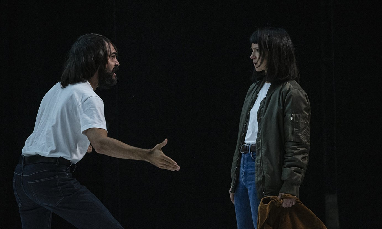 Eneko Sagardoi eta Miren Gaztañaga aktoreak, astelehenean egindako entseguan, Bilboko Arriaga antzokian. ©ARITZ LOIOLA / FOKU