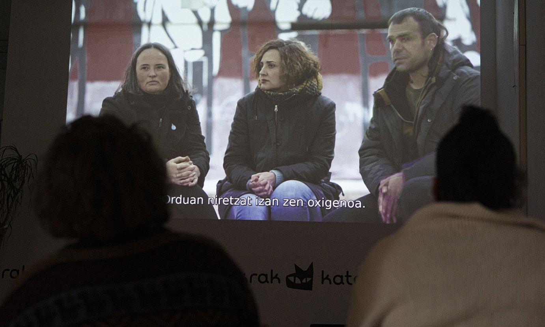 Iruñeko Katakraken aurkeztu zuten, atzo, <em>Su txikian. Herri mugimenduak bor-borka</em> dokumentala. Argazkian, emanaldiaren une bat. ©JAGOBA MANTEROLA / FOKU