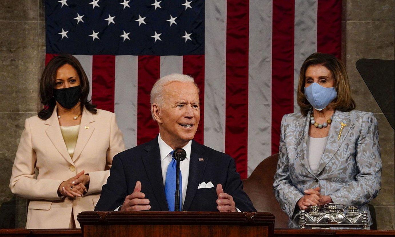 AEBetako presidentea, atzean Kamala Harris presidenteordea eta Nancy Pelosi Ordezkarien Ganberako presidentea dituela. ©MELINA MARA / EFE