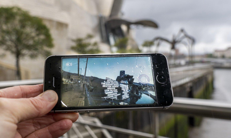Eskuko telefonoko aplikazio baten bidez ikusten da pieza. ©MARISOL RAMIREZ / FOKU
