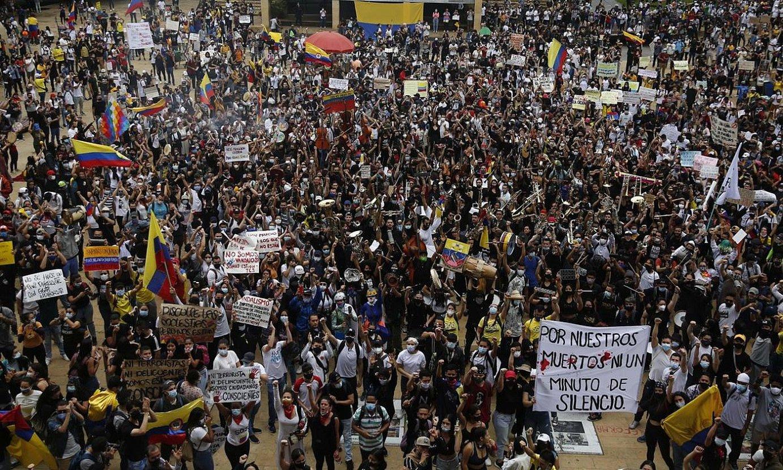 Kolonbiako Gobernuaren aurkako manifestariak, herenegun, Medellinen. ©LUIS EDUARDO NORIEGA A. / EFE