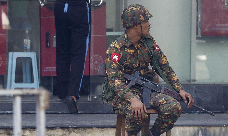 Myanmarko armadako soldadu bat, Yangon hirian. ©EFE