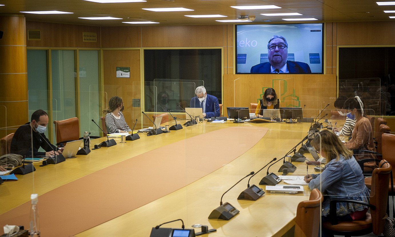 Eusko Legebiltzarreko Gizarte Politika eta Gazteria batzordea, atzo. ©JAIZKI FONTANEDA / FOKU
