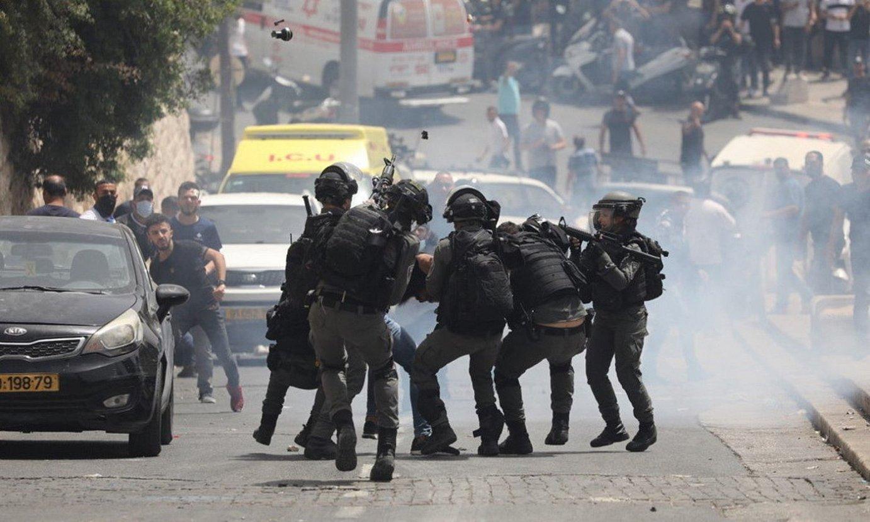 Israelgo Polizia palestinar bat atxilotzen, Jerusalemgo Meskiten Zabalgunearen inguruan. ©ABIR SULTAN / EFE
