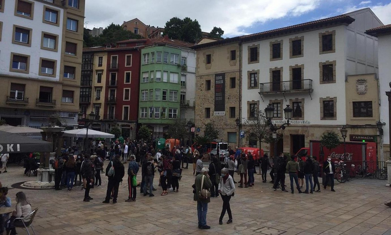 Dozenaka auzotar bildu ziren atzo goizean Unamuno plazan. ©MAIALEN ARTEAGA