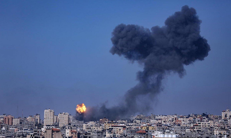 Eraikin bat sutan, Gazan, Israelek botatako lehergailuek jo ostean. ©HAITHAM IMAD / EFE