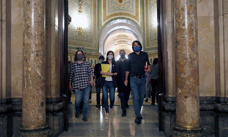 CUPeko eta JxCko kideak, Kataluniako Parlamentuan, atzo. ©TONI ALBIR / EFE