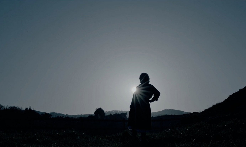Irrintzilari bat, mendian, <em>Erraiak</em> dokumentaleko irudi batean. ©ERRAIAK