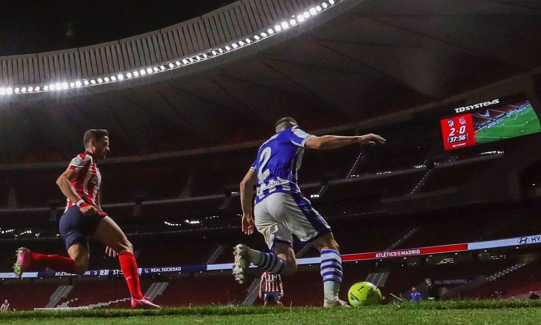 Zaldua, baloiarekin, Atletico Madrileko Saul Ñiguez atzetik duela, aurreko ostegunean, Wanda estadioan. ©JUANJO MARTIN / EFE