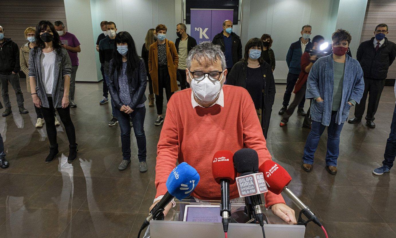 Paul Bilbao idazkari nagusia, Kontseilua osatzen duten eragileen ordezkariekin batera, atzo, Bilbon. ©JON URBE / FOKU