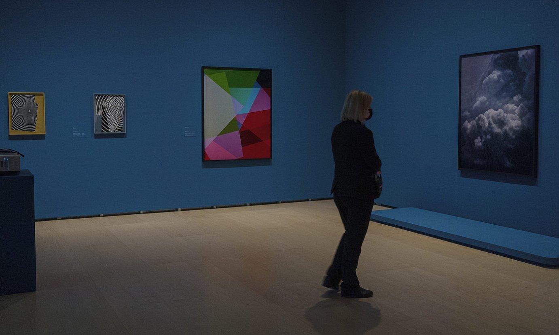 Bisitari bat, Guggenheim museoan ikusgai den erakusketan. ©ARITZ LOIOLA / FOKU