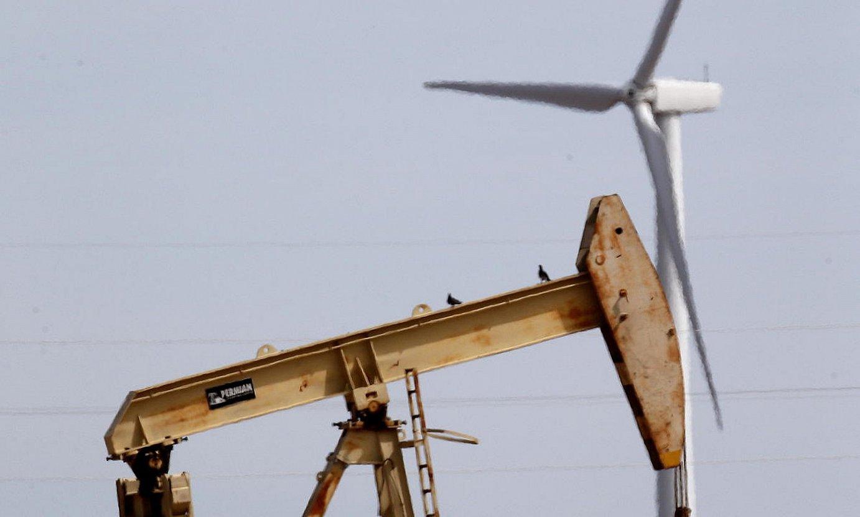 Haize errotak eta petrolio hobiak elkarren ondoan, Texasen. ©LARRY W. SMITH / EFE