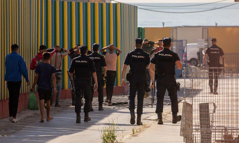 Espainiako Polizia, atzo, migratzaile talde bat eramaten, Ceutan. ©BRAIS LORENZO / EFE