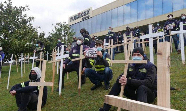 Tubacexeko langileen protesta bat, enpresak Derion duen egoitzaren aurrean. ©AIARALDEA.EUS