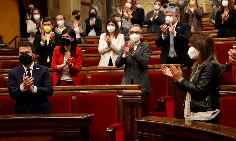 Pere Aragones Kataluniako presidente izendatua, atzoko inbestidura saioan, alderdikideen txaloak jasotzen. ©ALBERTO ESTEVEZ / EFE