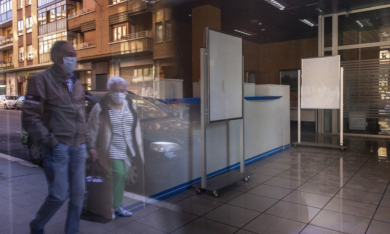 Banku baten bulegoa itxita, Gasteizko kale batean, aste honetan. ©JAIZKI FONTANEDA / FOKU