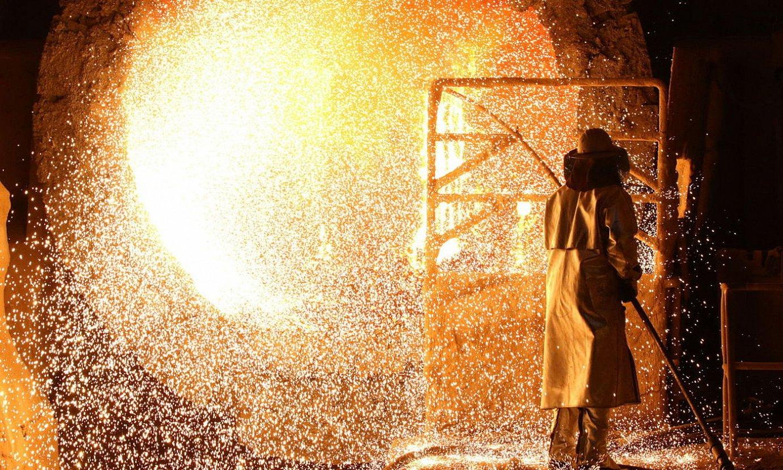 <b>Altzairua.</b> Indar betean dagoen Txinako ekonomia da munduko lehen altzairu kontsumitzailea. Irudian, Alemaniako altzairutegi bat. ©FOCKE STRANGMANN /EFE